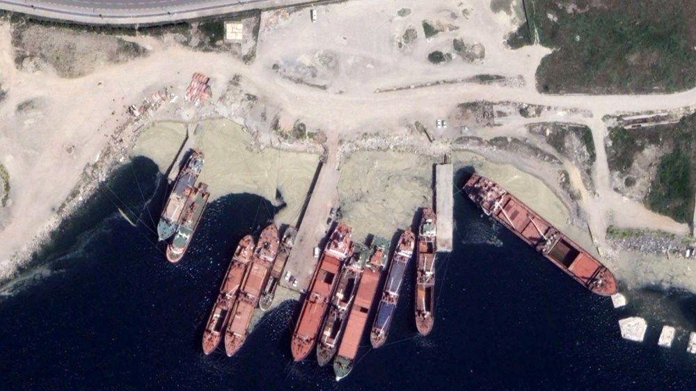 Çekilen görüntülerde, Kadıköy sahillerinde başlayan deniz salyasının Maltepe sahilleri boyunca uzadığı, kimi bölgelerde ise açıklara doğru arttığı görüldü.