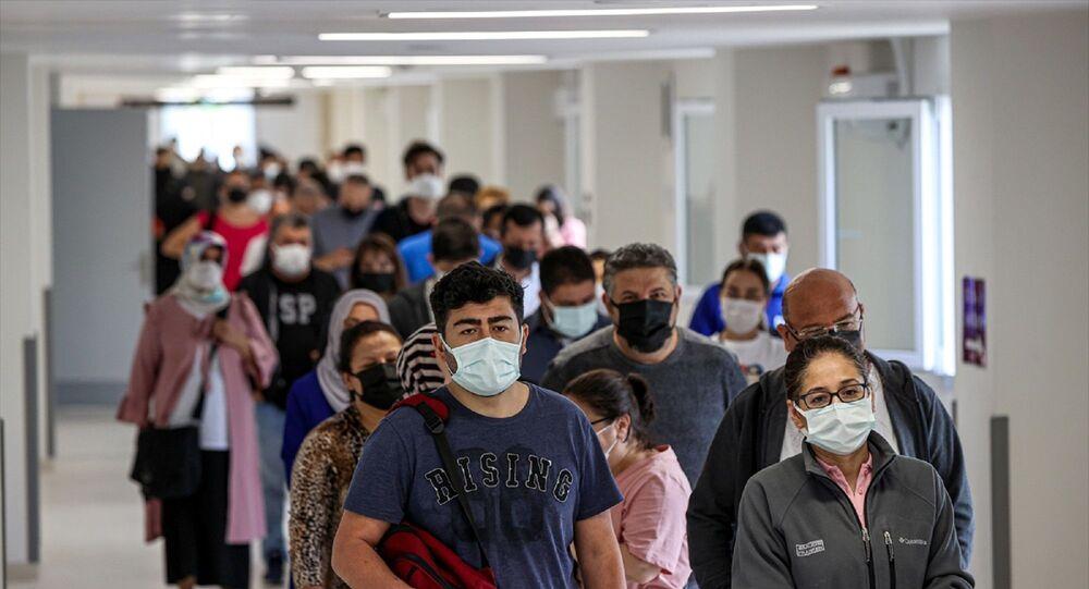 İstanbul'daki sağlık kuruluşlarında, yeni tip koronavirüs (Kovid-19) salgınıyla mücadele kapsamında Sosyal Güvenlik Kurumu'na (SGK) kayıtlı tüm çalışanlarla memurların aşılanmasına başlandı.