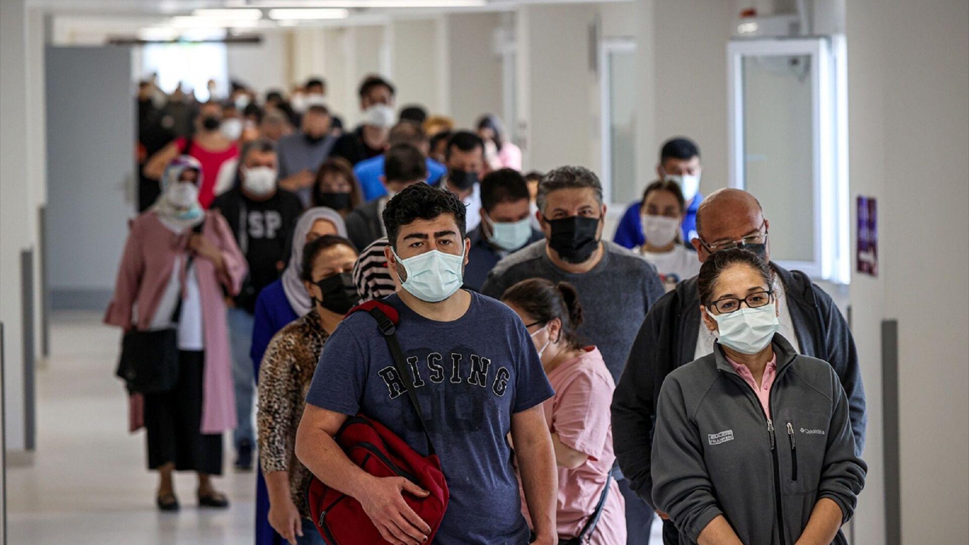 İstanbul'daki sağlık kuruluşlarında, yeni tip koronavirüs (Kovid-19) salgınıyla mücadele kapsamında Sosyal Güvenlik Kurumu'na (SGK) kayıtlı tüm çalışanlarla memurların aşılanmasına başlandı.  - Sputnik Türkiye, 1920, 23.07.2021