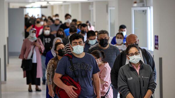 İstanbul'daki sağlık kuruluşlarında, yeni tip koronavirüs (Kovid-19) salgınıyla mücadele kapsamında Sosyal Güvenlik Kurumu'na (SGK) kayıtlı tüm çalışanlarla memurların aşılanmasına başlandı.  - Sputnik Türkiye