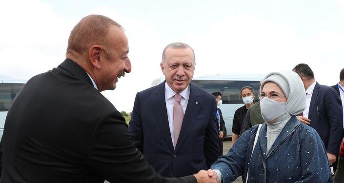 Cumhurbaşkanı Erdoğan ve eşi Emine Erdoğan, Şuşa'daki programları öncesinde Fuzuli'de Azerbaycan Cumhurbaşkanı İlham Aliyev tarafından karşılandı.