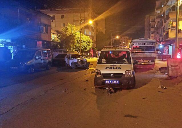 Osmaniye'de bir kişiyi silahla yaraladıktan sonra bir kamyoneti gasbeden şüpheli, polisten kaçarken bir polis otosuyla 3 araca çarptı, kazada 2'si polis 5 kişi yaralandı.