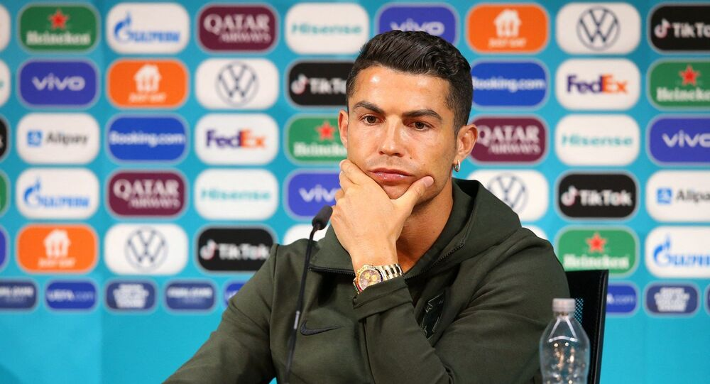 Ronaldo'nun 'Su için' tepkisi, Coca Cola'ya 4 milyar dolar değer kaybettirdi - Sputnik Türkiye