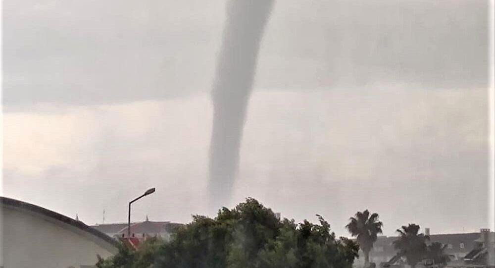 Antalya'nın Serik ilçesinde etkili olan sağanak yağmurun ardından deniz üzerinde oluşan hortum