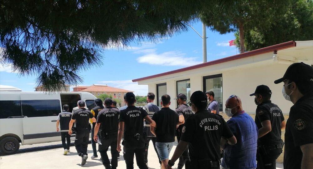 Aydın'ın Didim ilçesinde Belediye Başkanı Deniz Atabay ile avukatına sopayla saldırdıkları iddiasıyla gözaltına alınan 6 şüpheli adliyeye sevk edildi.