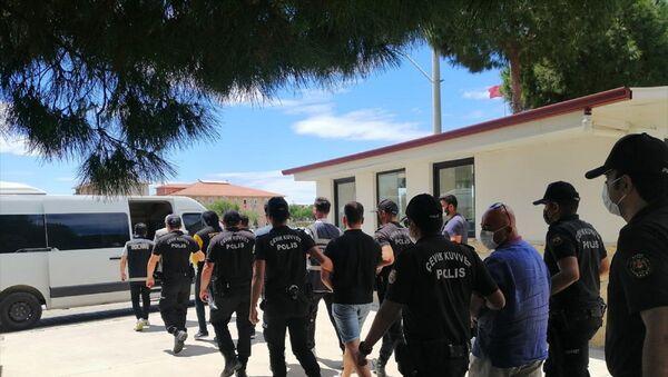 Aydın'ın Didim ilçesinde Belediye Başkanı Deniz Atabay ile avukatına sopayla saldırdıkları iddiasıyla gözaltına alınan 6 şüpheli adliyeye sevk edildi. - Sputnik Türkiye