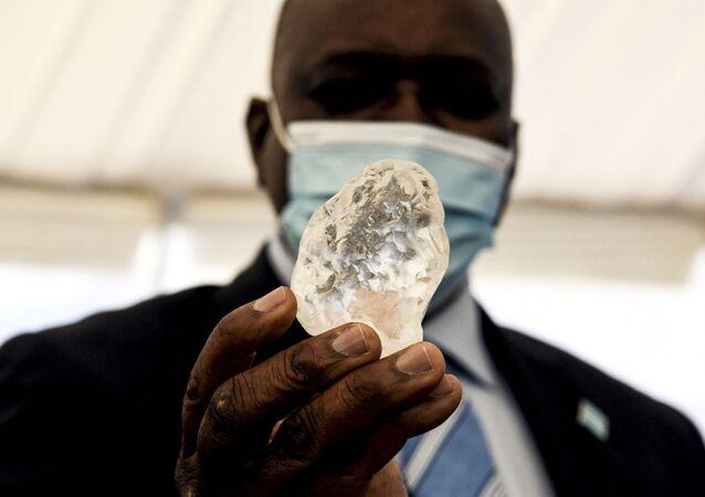 Botsvana Devlet BaşkanıMokgweetsi Masisi'nin elinde tuttuğu 1098 karatlık değerli taş, dünyanın üçüncü büyük elması