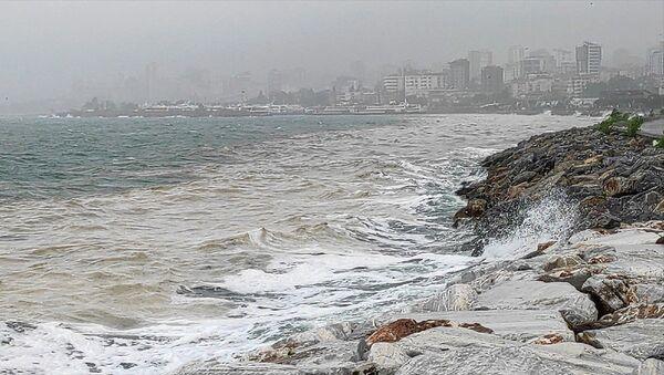 Marmara Denizi kıyılarını kaplayan, halk arasında deniz salyası olarak da bilinen müsilaj, Bostancı Sahilinde etkisini yer yer sürdürüyor. - Sputnik Türkiye