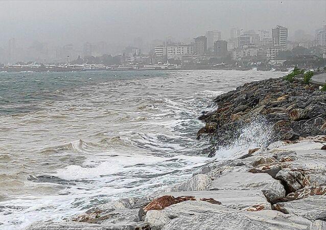 Marmara Denizi kıyılarını kaplayan, halk arasında deniz salyası olarak da bilinen müsilaj, Bostancı Sahilinde etkisini yer yer sürdürüyor.