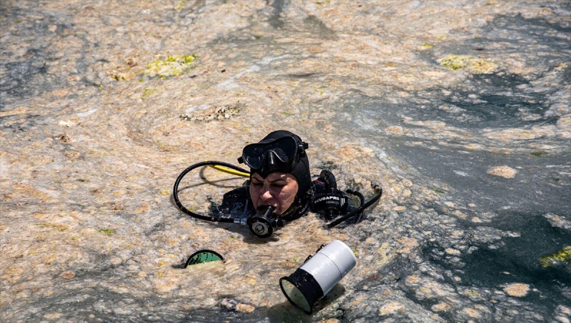 Büyükada'daki bir grup dalgıç, deniz altındaki müsilajı görüntülemek için dalış yaptı. Yaklaşık 30 metre derinlikte gerçekleşen dalış sırasında müsilajın geniş bir alanda ve deniz suyunun tamamına yoğun bir şekilde dağıldığı gözlendi. - Sputnik Türkiye, 1920, 17.06.2021