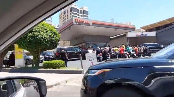 Lübnan'da akaryakıt sıkıntısı: Benzin istasyonları önünde kilometrelerce uzunlukta kuyruklar oluştu - Sputnik Türkiye