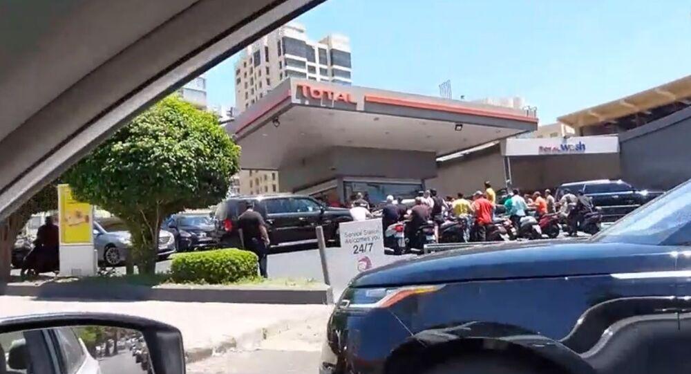 Lübnan'da akaryakıt sıkıntısı: Benzin istasyonları önünde kilometrelerce uzunlukta kuyruklar oluştu