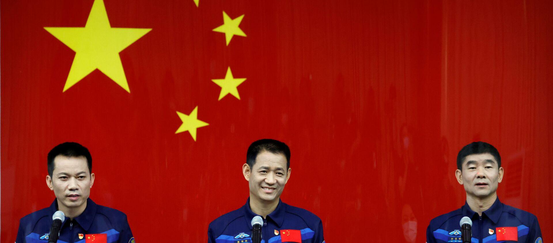 Çin, Dünya'nın yörüngesinde kurmaya başladığı uzay istasyonuna göndereceği taykonotları (Çinli astronot) taşıyacak olan insanlı uzay aracı Shenzhou-12'nin, Long March-5Y roketi ile bu gece fırlatılması planlanıyor. - Sputnik Türkiye, 1920, 17.06.2021