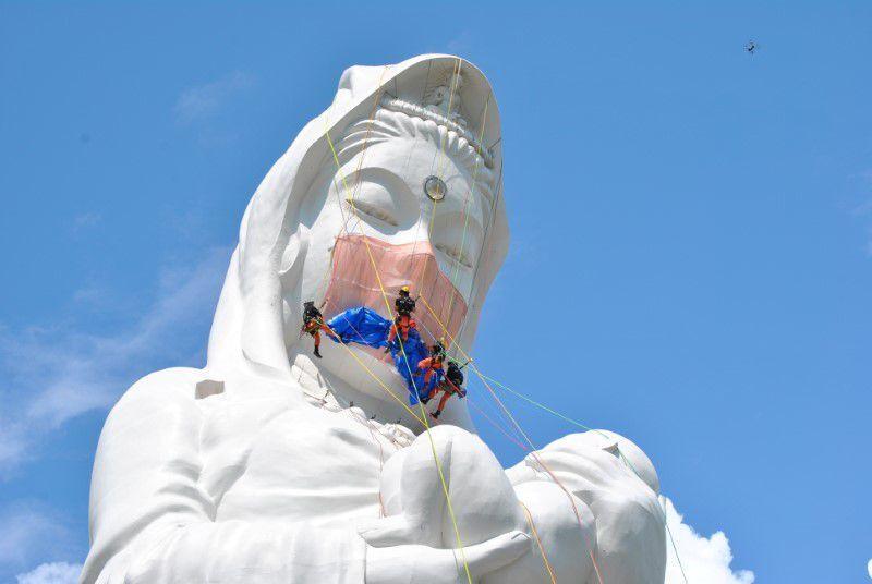 Japonya'nın Fukuşima bölgesinde yer alan dev bir Budist tanrıça heykeline, 35 kilogram ağırlığında dev maske yerleştirildi.