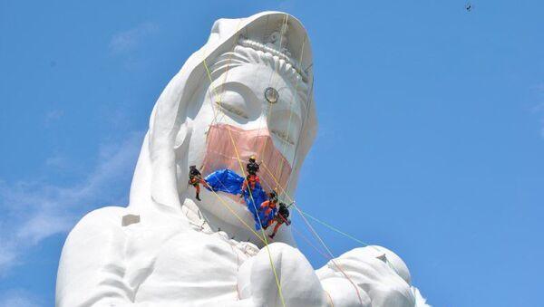 Japonya'nın Fukuşima bölgesinde yer alan dev bir Budist tanrıça heykeline, 35 kilogram ağırlığında dev maske yerleştirildi. - Sputnik Türkiye