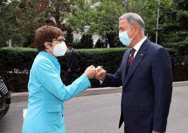 Milli Savunma Bakanı Akar, Alman mevkidaşı Annegret Kramp-Karrenbauer ile görüştü