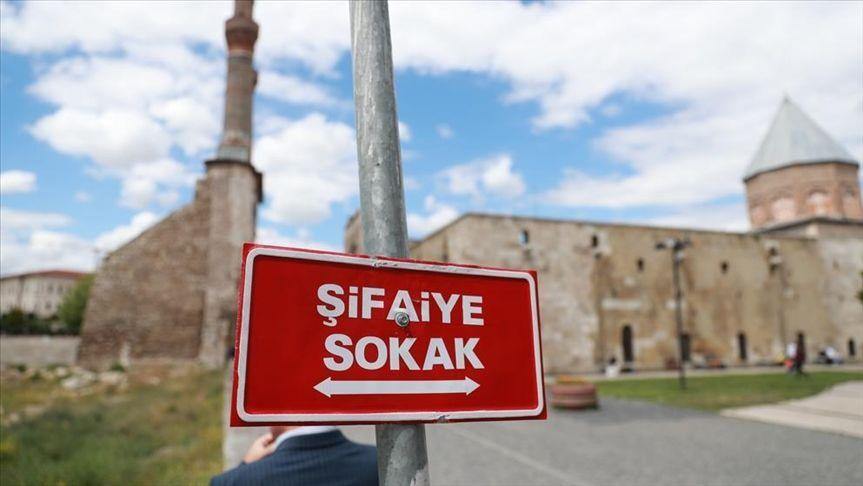Sivas'ta tabelalarında Türkçe isim kullanan işletmelere reklam vergisinde yüzde 75 indirim uygulanacak
