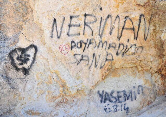 Kapadokya'da peri bacalarına sprey boyalı tahrip