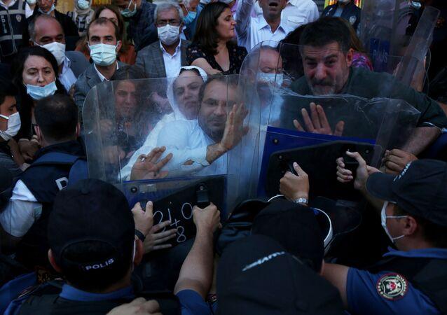Diyarbakır'da HDP'nin açıklamasına izin verilmeyince arbede çıktı