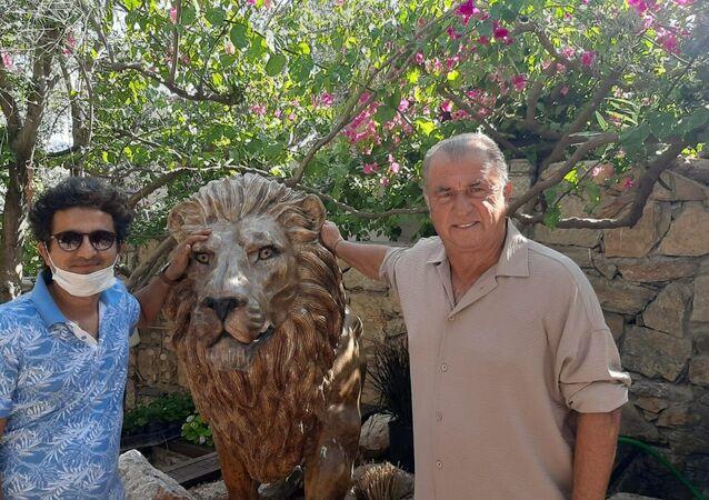 Teknik Direktör Fatih Terim, Muğla'nın Bodrum ilçesindeki evine 2 adet aslan heykeli yaptırdı. Terim, heykeltıraşla birlikte aslan heykelinin yanında poz verdi.