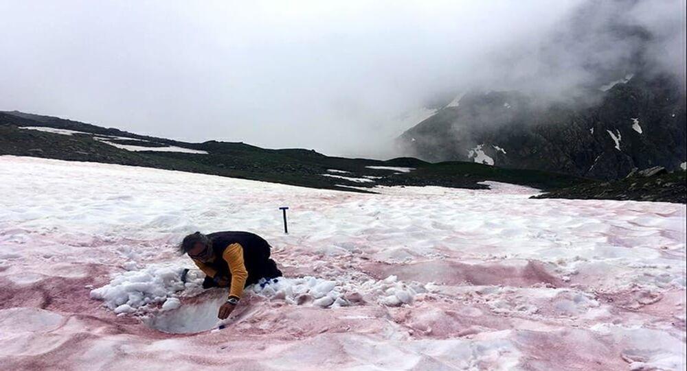 Alper'e kırmızı kar yağdı