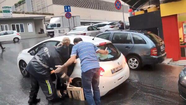 Şişli'de iddiaya göre görevliler tarafından 2 aydır onarılmayan ve dün kum dökülerek kapatılan çukura otomobil düştü.  - Sputnik Türkiye