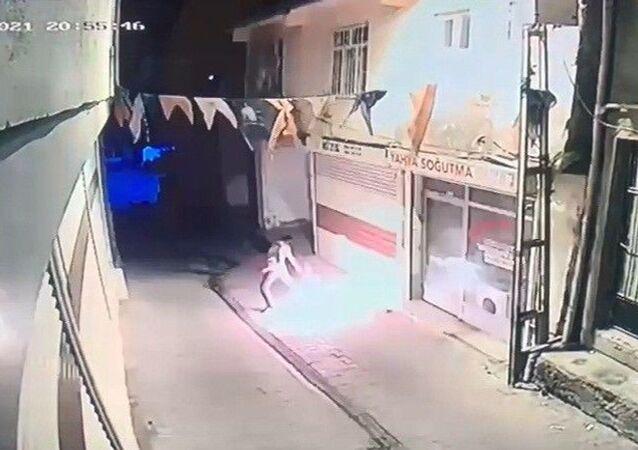 Diyarbakır'ın Hani ilçesinde AK Parti Hani ilçe binasına kimliği belirsiz bir kişi tarafından molotoflu saldırı yapıldı. Saldırıda ölen ya da yaralanan olmazken polis saldırganı yakalamak için çalışma başlattı.
