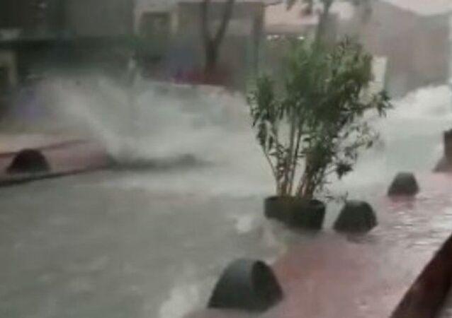 İstanbul'da dün etkisini gösteren kuvvetli yağış birçok ilçede su baskınlarına yol açtı, bazı alt geçitler suya gömüldü. Antikacı esnafının yoğun olduğu Beyoğlu Çukurcuma'da oluşan manzara yürekleri ağza getirdi.