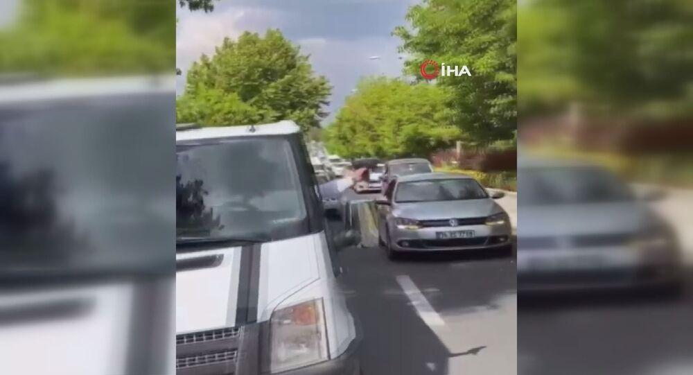 Ankara'da bir kişi düğün konvoyunda silahla rastgele havaya ateş açarken, korku dolu o anlar başka bir vatandaşın cep telefonu kamerasına yansıdı. Konvoyda havaya ateş eden kişi gözaltına alındı.