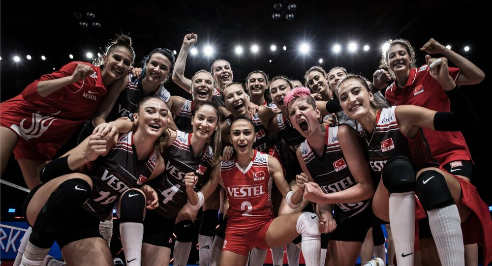 A Milli Kadın Voleybol Takımı, İtalya'nın Rimini şehrinde devam eden Voleybol Milletler Ligi'nde (VNL) Asya temsilcisi Güney Kore'yi 3-1 mağlup etti. Turnuvadaki 14'üncü maçında 11. galibiyetine imza atan milliler, 2018 ve 2019'un ardından üst üste 3. kez dörtlü finale yükseldi.