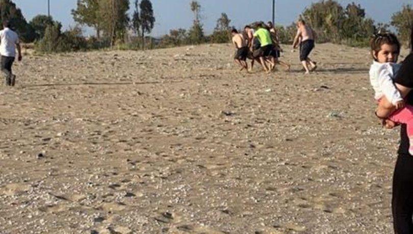 Hatay'ın Erzin ilçesinde denizde boğulma tehlikesi geçiren 2 kişiyi kurtarmak isteyen Mustafa Atmaca (19) akıntıyla sürüklenerek boğuldu. Boğulma tehlikesi geçiren 2 kişi ise çevredekiler tarafından kurtarıldı.