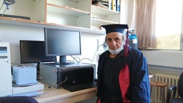 Üniversiteyi 1988'de bırakmıştı: Tekrar başlayıp 67 yaşında mezun oldu - Sputnik Türkiye