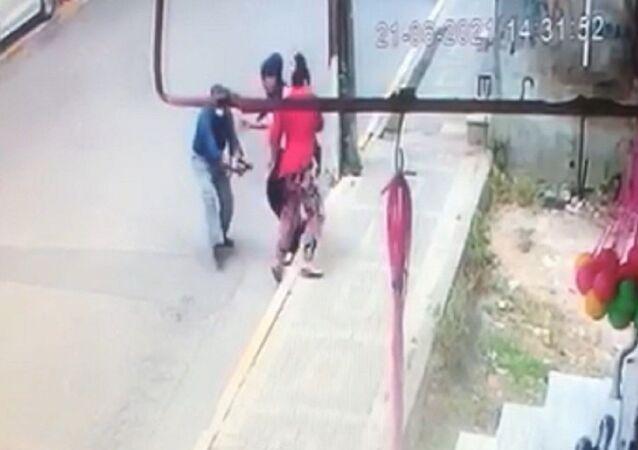 İstanbul Avcılar'da bir kişi, ayrıldığı eşini sokak ortasında bacaklarından silahla vurup yaraladı