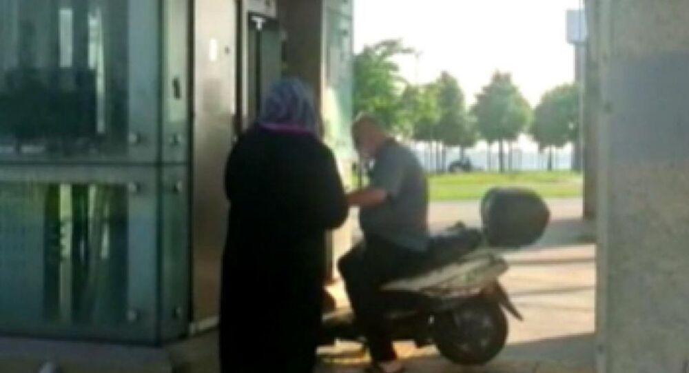 Üstgeçit asansörüne motosikletiyle bindi