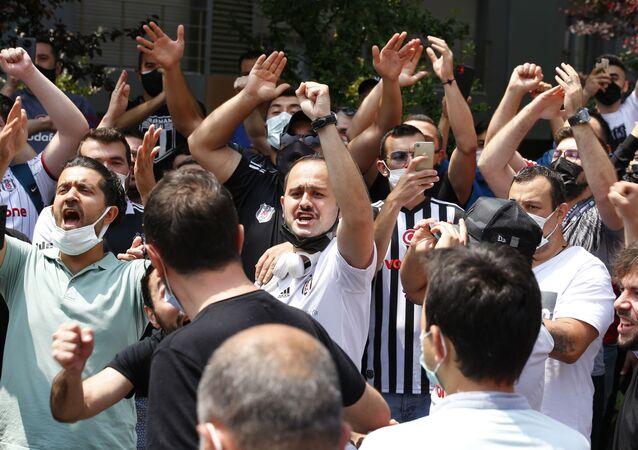 Sergen Yalçın'ın evinin önünde toplanan Beşiktaşlı taraftarlar