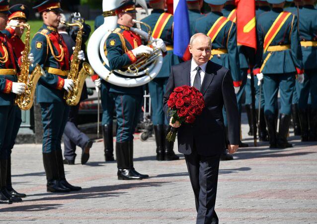 Vladimir Putin, meçhul asker anıtı