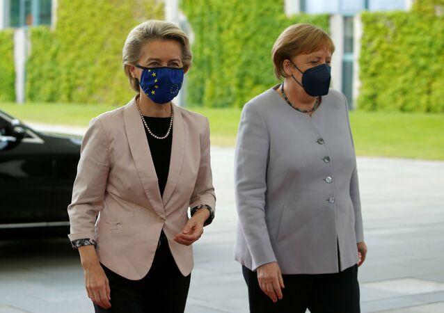Angela Merkel, Berlin'i ziyaret eden Ursula von der Leyen'i karşılarken