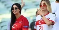 Türk Milli Takımını desteklemek için Bakü'ye gelen kadın taraftarlar
