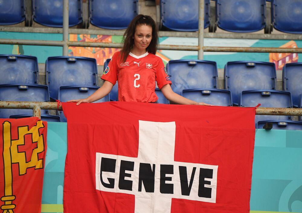 İsviçreli kadın taraftar, İtalya'ya karşı maç öncesi poz veriyor