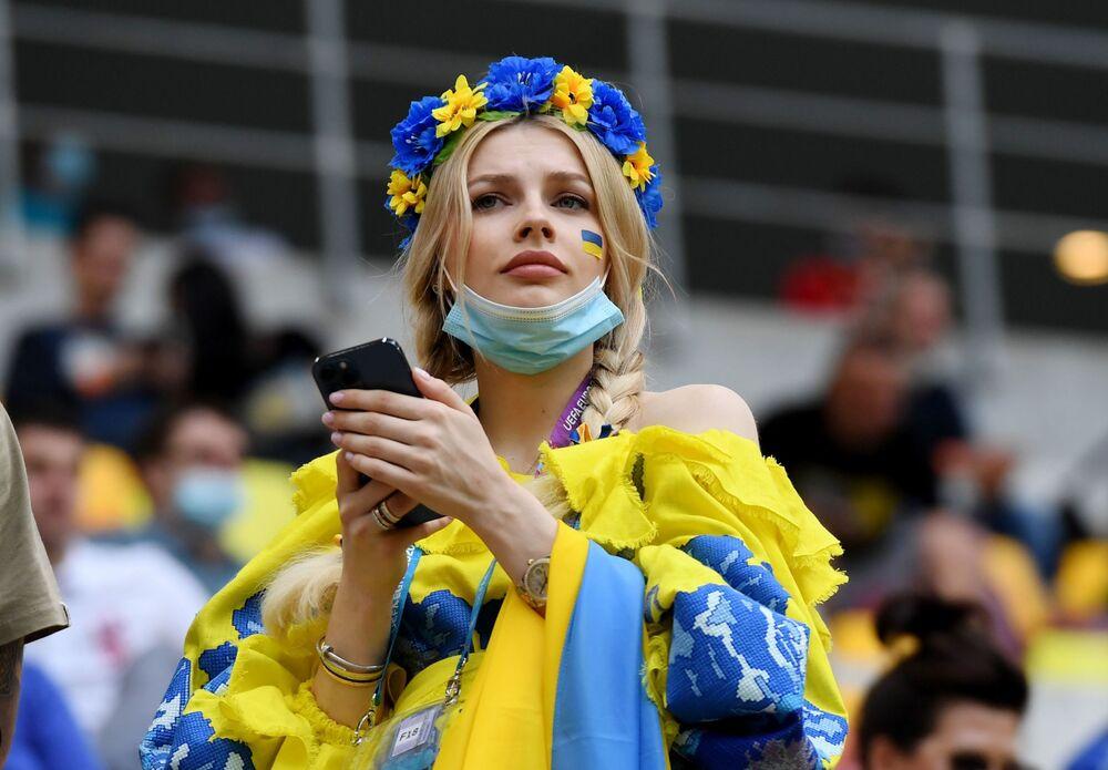 Ukraynalı kadın taraftar, Kuzey Makedonya-Ukrayna maçı sırasında