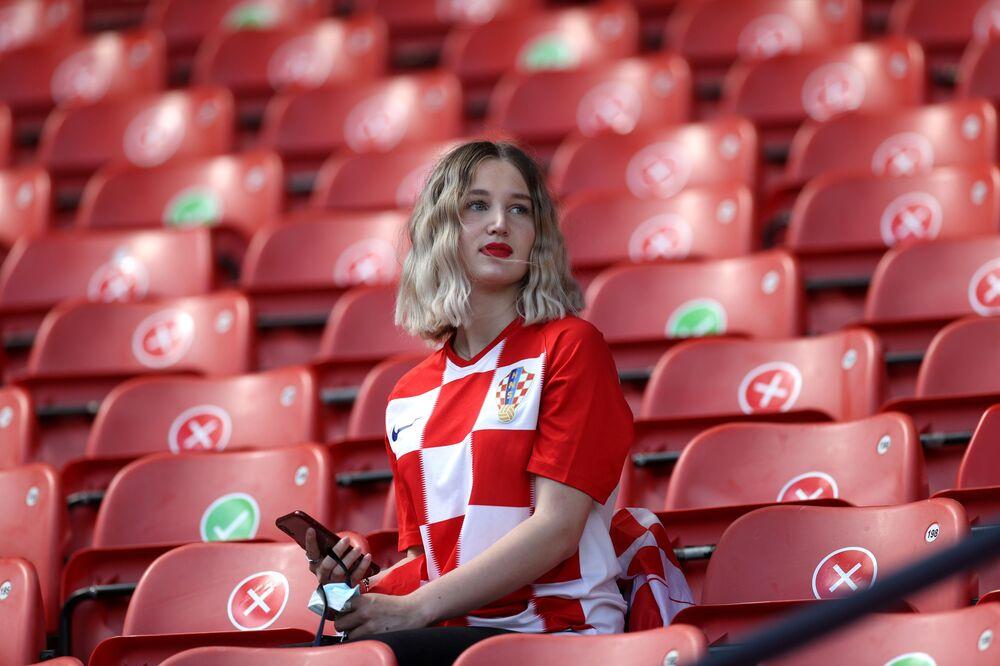 Hırvatistan Milli Takımı'nın taraftarı, Çekya'ya karşı maçın başlamasını beklerken