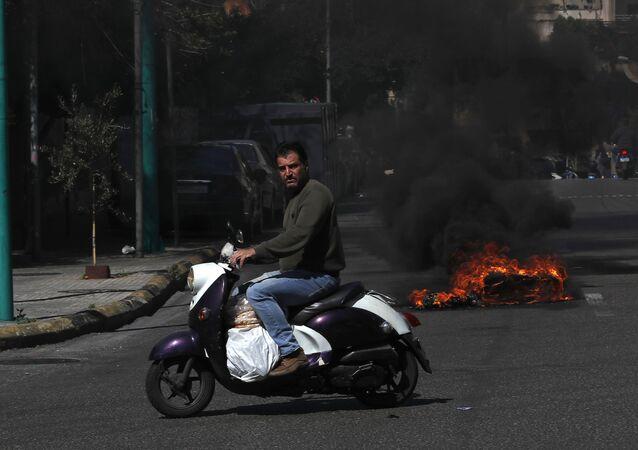 Lübnan'da kötü yaşam koşullarını protesto eden halk, ana yolları trafiğe kapattı