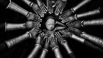 Yarışmada birincilik kazananlardan Myanmarlı fotoğrafçı Zay Yar Lin'in 'Kabile Kimliği' fotoğrafında, Etiyopya'da yaşayan Suri kabilesinden bir oğlan görüntülendi