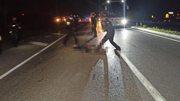 Kaza yapan motosikletlinin üzerinden otomobil geçti - Sputnik Türkiye