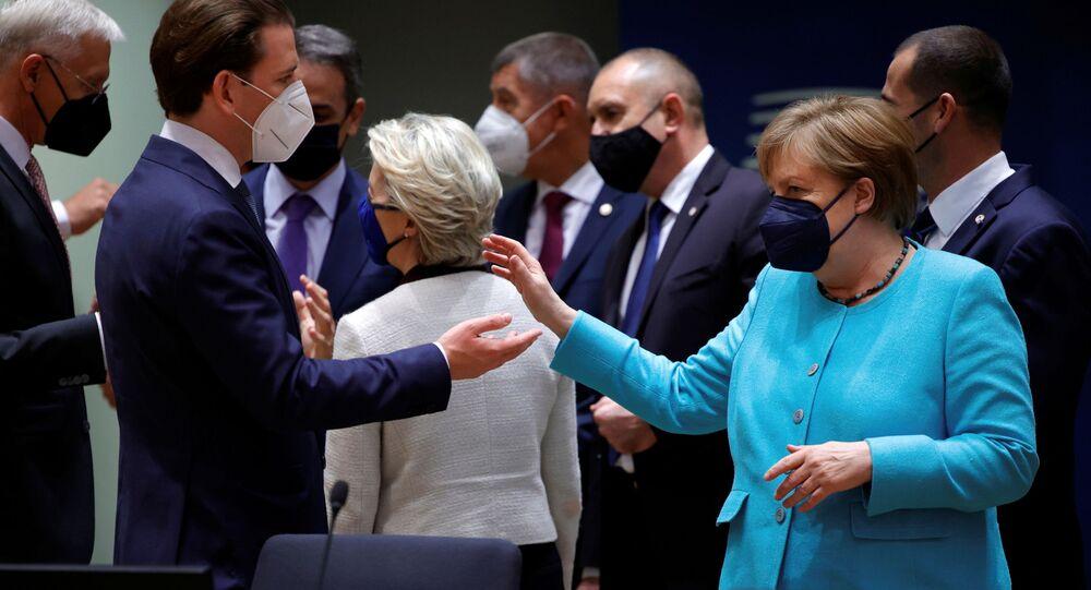 AB liderler zirvesinde Avusturya Başbakanı Sebastian Kurz ile Almanya Başbakanı Angela Merkel arasındaki sohbet anı