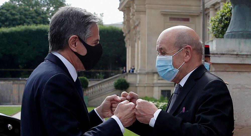 Paris'i ziyaret eden ABD Dışişleri Bakanı Antony Blinken (solda), Fransız mevkidaşı  Jean-Yves Le Drian ile yumruk selamlaşmasında