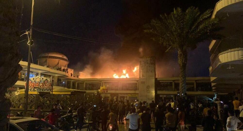 Irak'ın Nasıriye kentinde bulunan bir AVM'de elektrik jeneratörünün patlaması sonucu yangın çıktı.