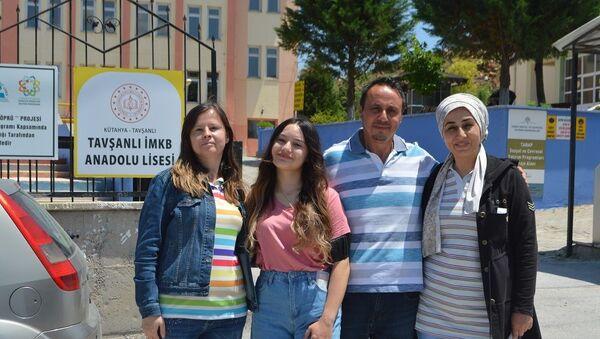 Ailece YKS'ye girdiler: 'Kızıma moral olmak için geldik ve sınava girdik' - Sputnik Türkiye