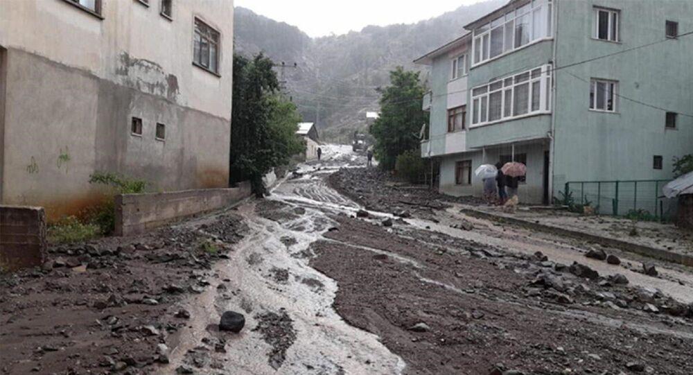 Giresun'da etkili sağanak: Dere taştı, yollar çamurla kaplandı