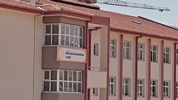 Malatya'da Yükseköğretim Kurumları Sınavı'nın ilk oturumu olan Temel Yeterlilik Testi sınavına İbni Haldun Anadolu lisesinde giren adaylar değişen okul ismi yüzünden mağduriyet yaşadı. - Sputnik Türkiye